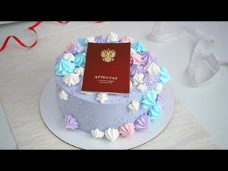 Сиреневый кремовый торт с декором из свежей клубники и 2Д печатью на выпускной