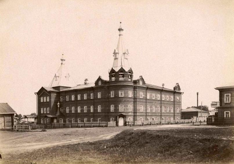 Дом попечительства о бедных имени П.П. Клобукова на углу улиц Морозовской и Владимирской, 1910-е годы
