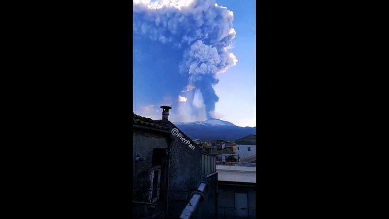 Le_mont_etna_entre_a_nouveau_en_eruption_laissant_des_villages_italiens.mp4