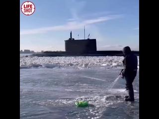 Во Владивостоке мужики собрались порыбачить, но около них внезапно появилась подлодка и распугала всю рыбу