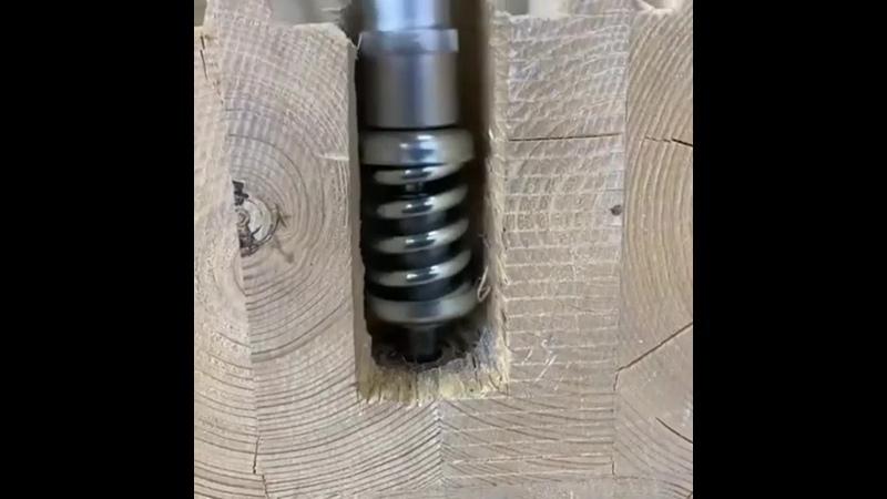 Пружинный узел крепления венцов при строительстве деревянного дома.