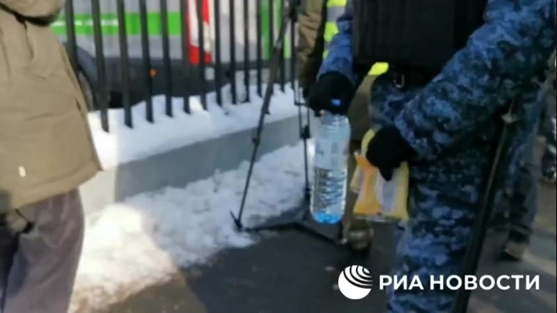 ФСИН несут еду в Бабушкинский районный суд. 20 февраля. Winki