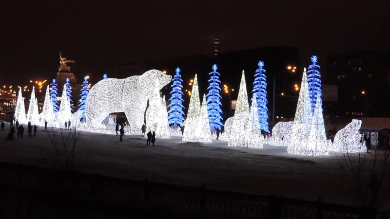 Москва. Нвогодняя инсталляция белые медведи на Ростокинском акведуке.