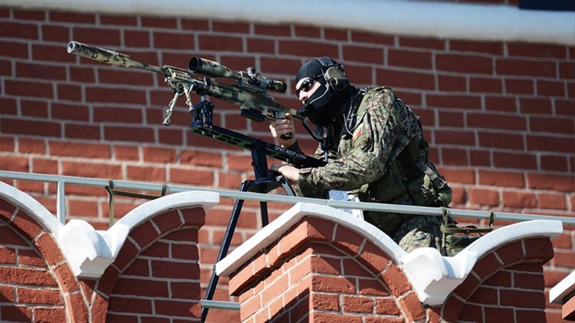 Снайпер ФСО на одном из зубцов кремлевской стены. Т-5000 зафиксирована на специальном упоре
