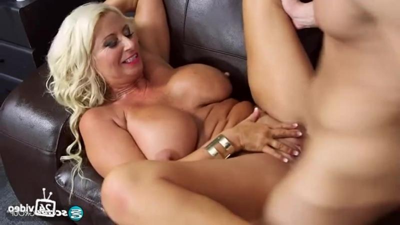 Бабушка с большими сиськами трахает стажёра, granny big tit boob busty old woman milk milf sex (Инцест со зрелыми мамочками 18+)