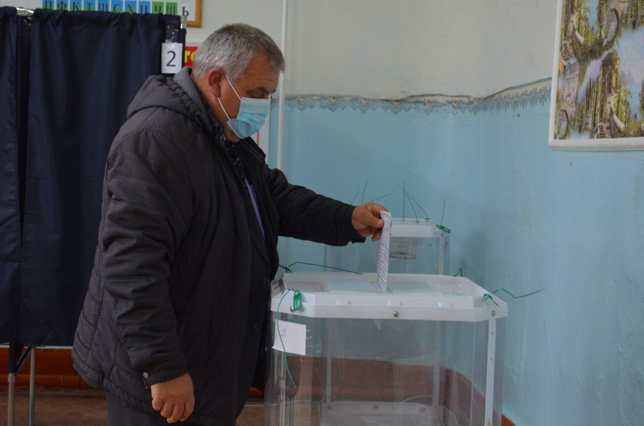 Временно исполняющий обязанности главы Петровского района Виталий Колдин проголосовал на выборах депутатов Госдумы