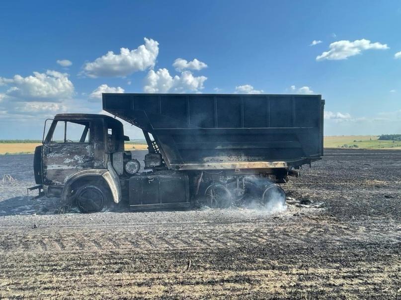 В Орловском районе полностью сгорели поле пшеницы и «Камаз».