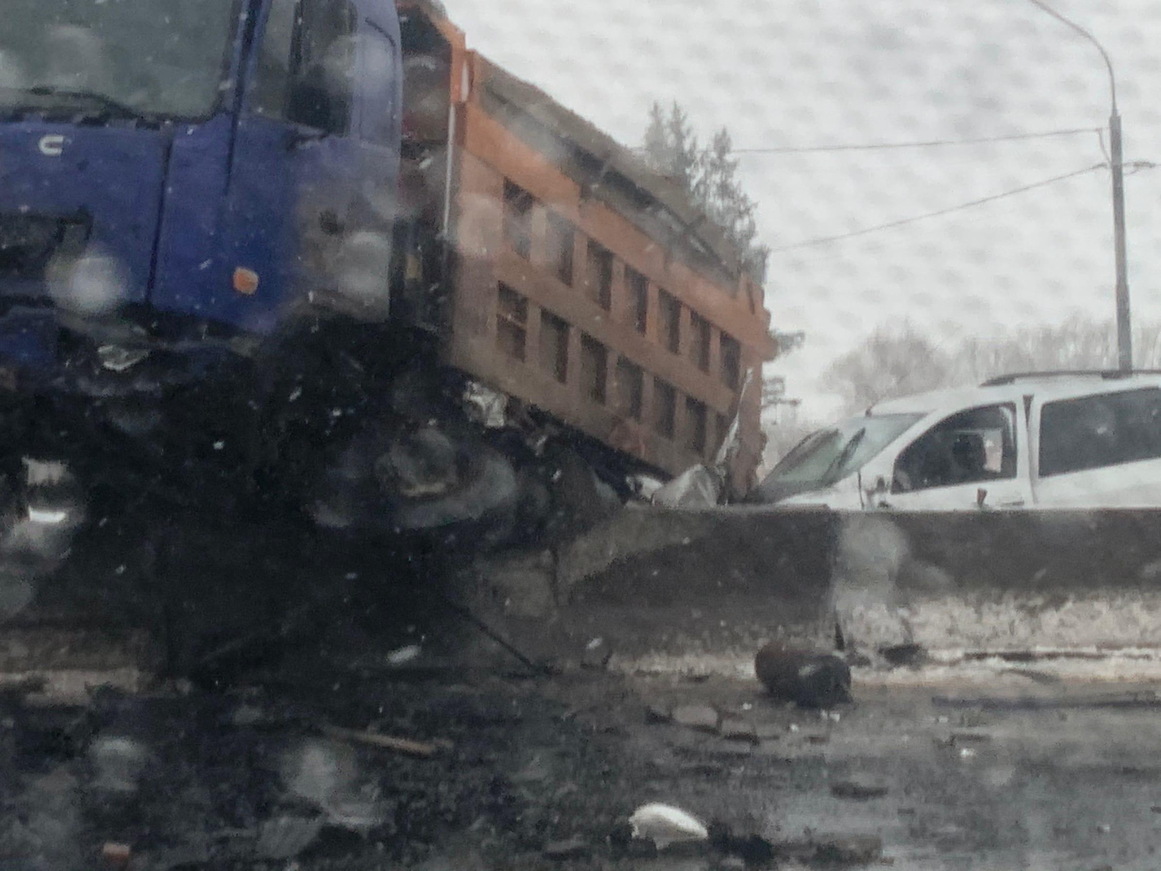 В Твери на окружной легковой автомобиль въехал под самосвал