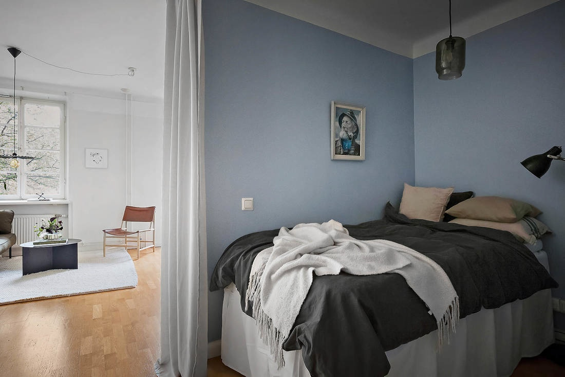 Как вам такое нетиповое размещение кровати между санузлом и кухней?