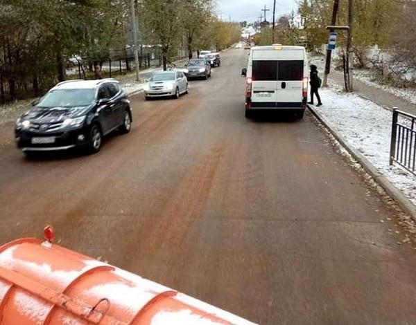 В столице Бурятии борются с первым снегом  Городские дороги вовсю посыпают песком  В четверг, 14 октября, в... Улан-Удэ
