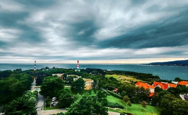 Хмурое небо. Черное море. Зеленый октябрь в Геленд...