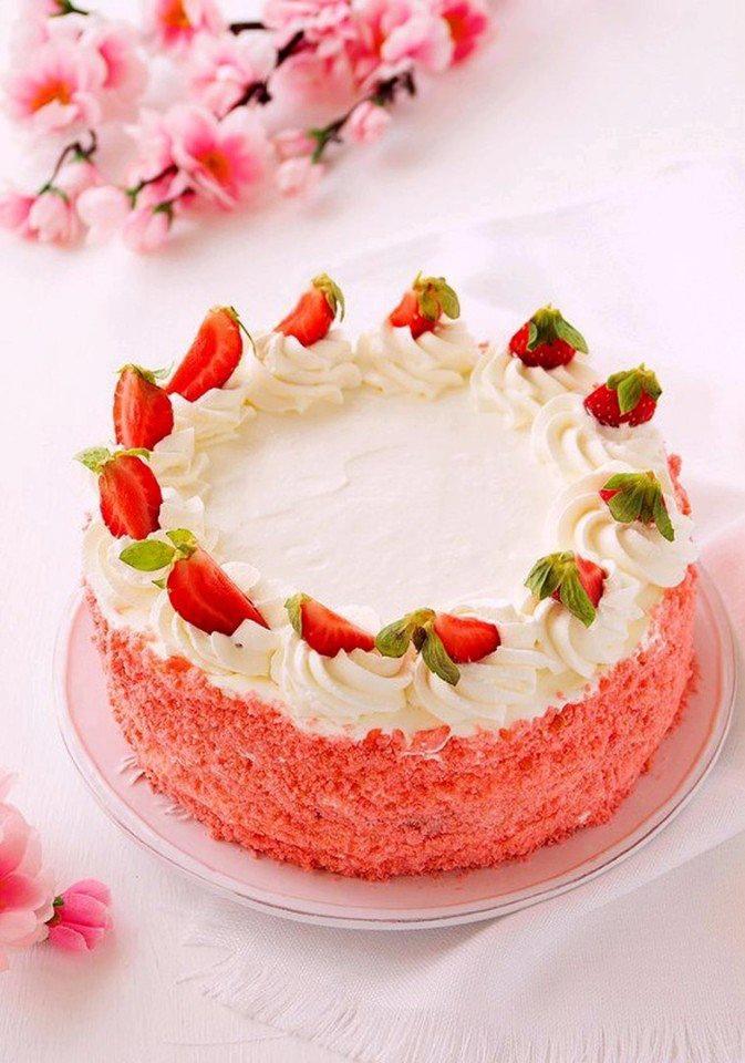 Бисквитный торт с клубничным мармеладом, сливками и клубникой.