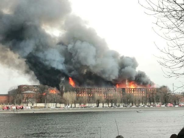 ВСанкт-Петербурге продолжают тушить пожар на«Невской мануфактуре», который охв...