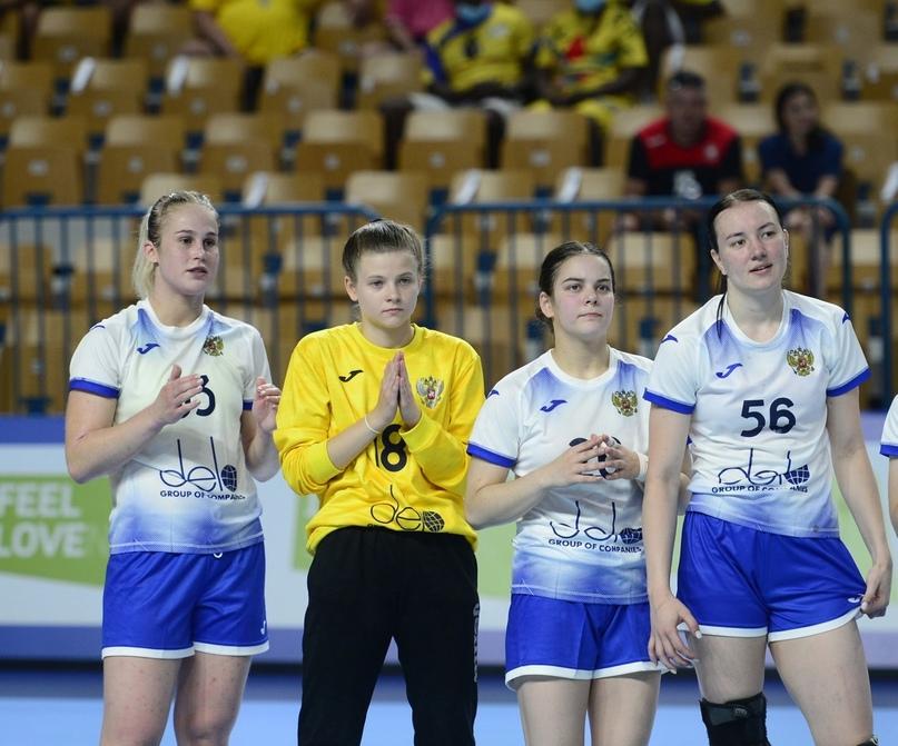 Крайние справа: Юлия Крупенникова и Екатерина Скивко