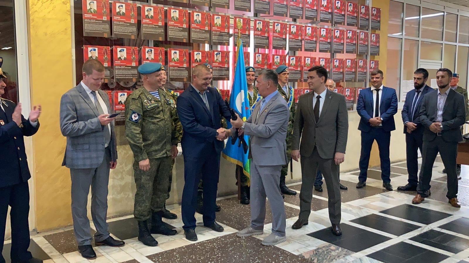 Военно-патриотическому клубу «Легион» вручили макет автомата АК-74Столь