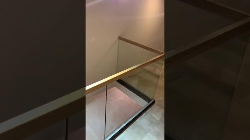 Консольная лестница и ограждения из стекла в несущем профиле