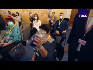 Журналистке подарили ветрозащиту для микрофона на пресс-конференции Путина