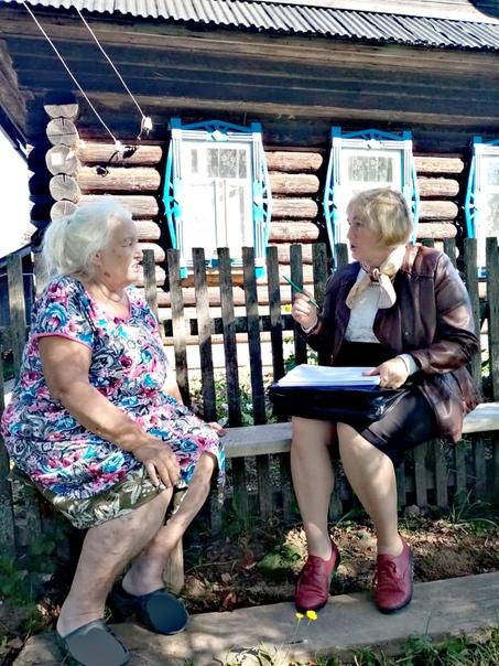 В рамках выборочного обследования беседуют Н.Б.Чугунова (справа) и В.Г.Чернышова.