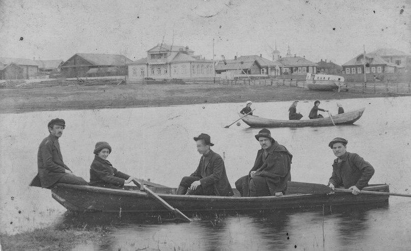 Фото. Сольвычегодск. Василий Николаевич Степанов с друзьями на лодке. СИХМ, ф. 294. 1913 г.