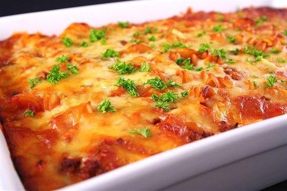 Лазанья с феттучини, фрикадельками, томатами и сыром