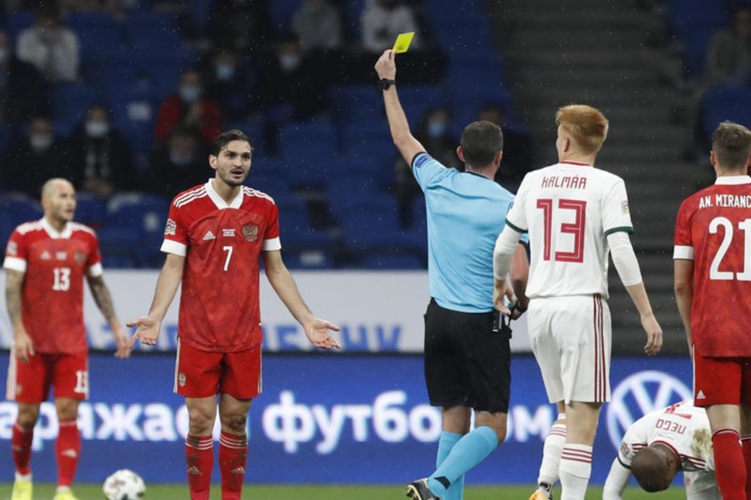 Россия - Венгрия, 0:0. Майкл Оливер предъявляет желтую карточку Магомеду Оздоеву