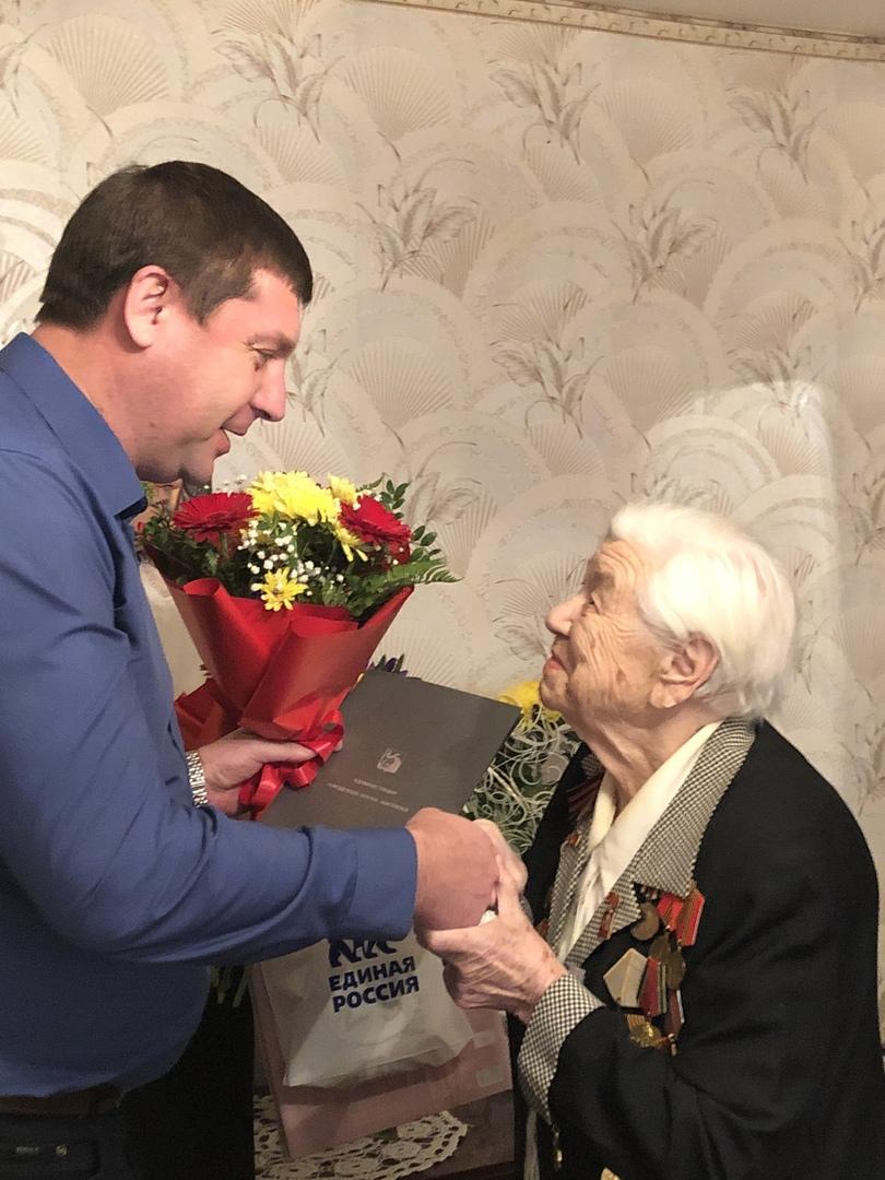 В день юбилея ветерана навестили и.о. главы Жигулёвска С.Н. Федотов…