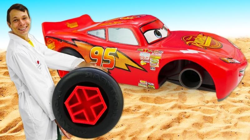 Видео про машинки и больничку для игрушек Как Тачка Молния Маквин катается по песку