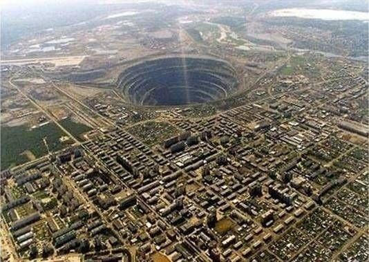 Самая большая дыра на планете В этом огромном карьере добывают алмазы. Расположен он под городом Мирный в Сибири. Глубина карьера 525 метров, а диаметр 1,25 км. Над карьером запрещены полеты,