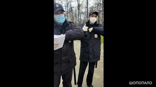 В Брянске мужчина поясняет полицейским свои права при режиме самоизоляции.